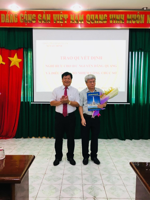 Đ/c Trần Văn Mi GD Sở trao QĐ nghỉ hưu cho đ/c Nguyễn Đăng Quang