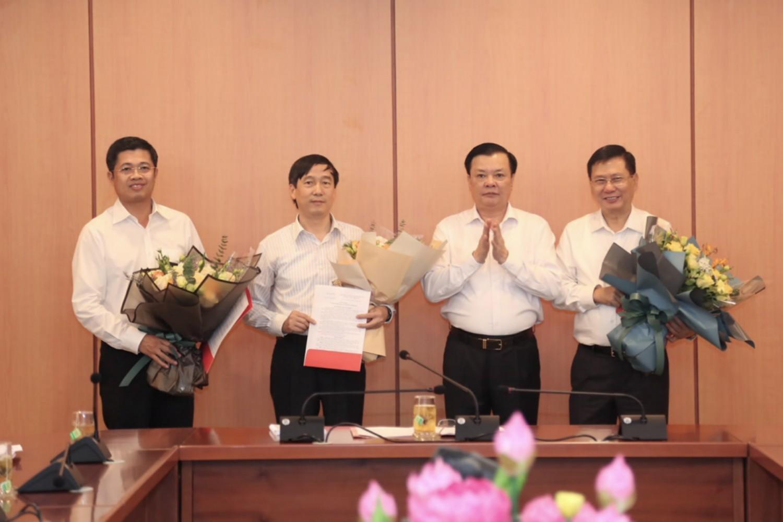 Bộ Tài chính trao quyết định nhân sự một số đơn vị thuộc Bộ