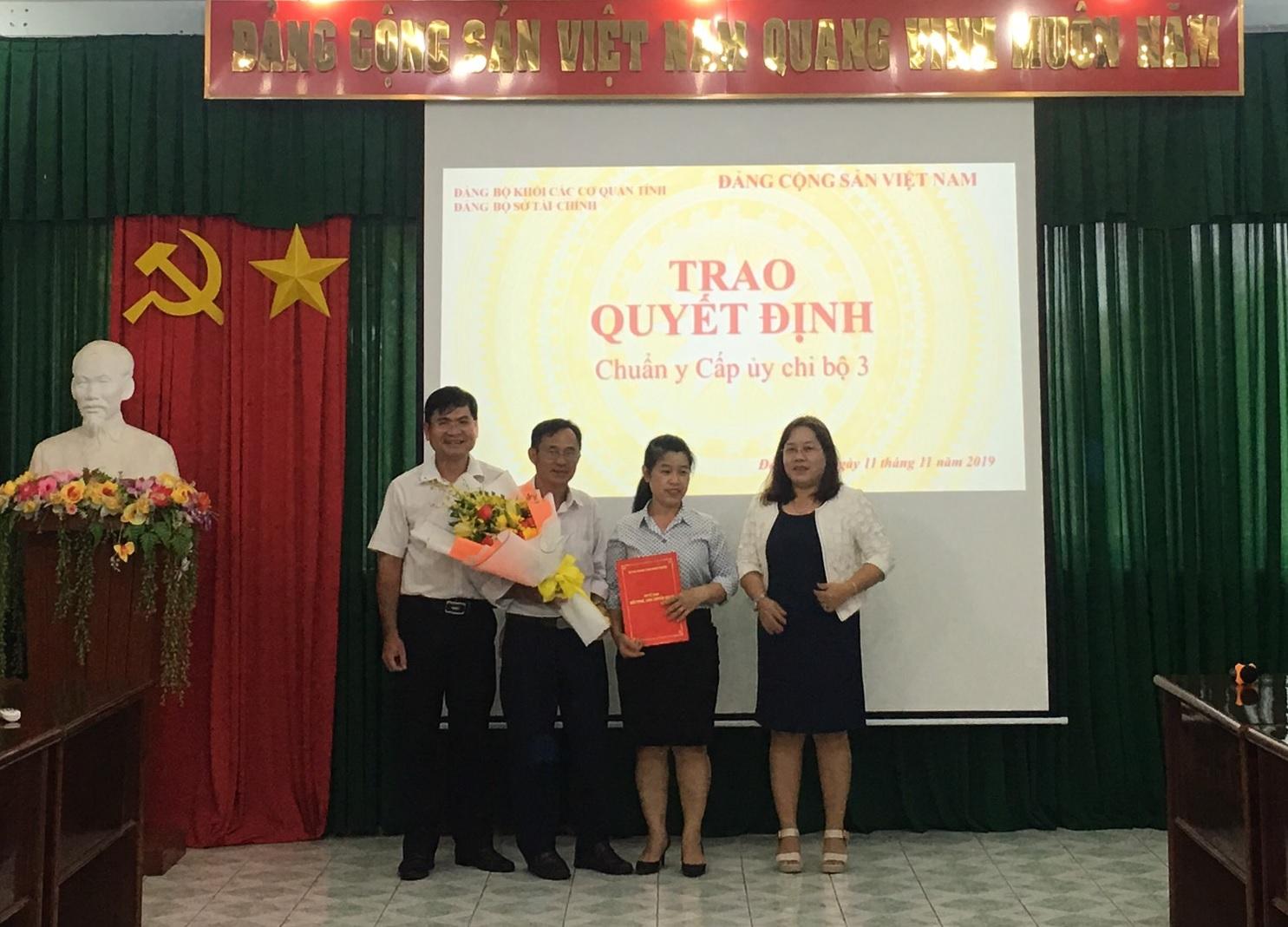 Đảng ủy Sở Tài chính đã tổ chức lễ trao Quyết đinh chuẩn y cấp ủy chi bộ 03