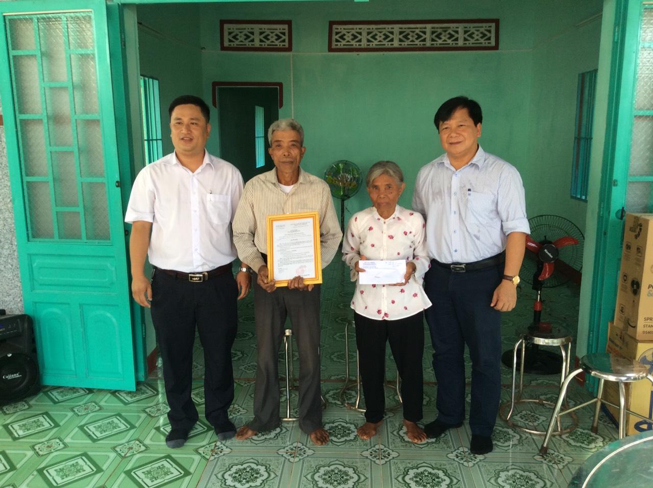 """Công đoàn Sở Tài chính trao tặng nhà """"Tình thương"""" cho hộ đồng bào nghèo."""